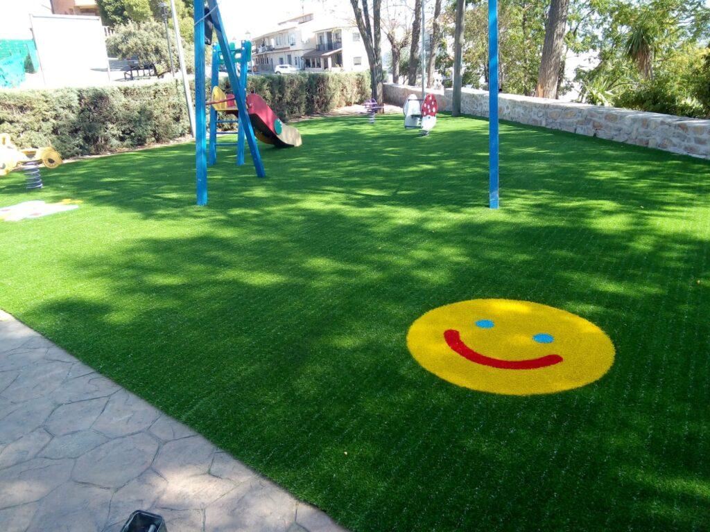 Instalar césped artificial en parques infantiles