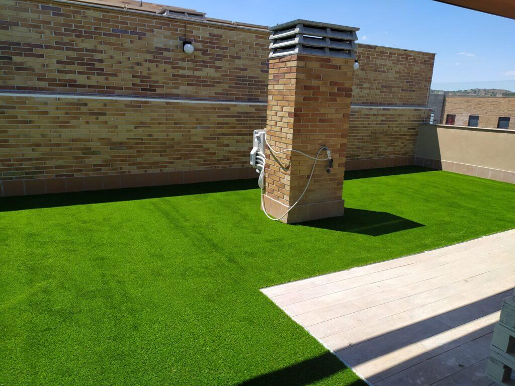Instalar césped artificial en terrazas y áticos